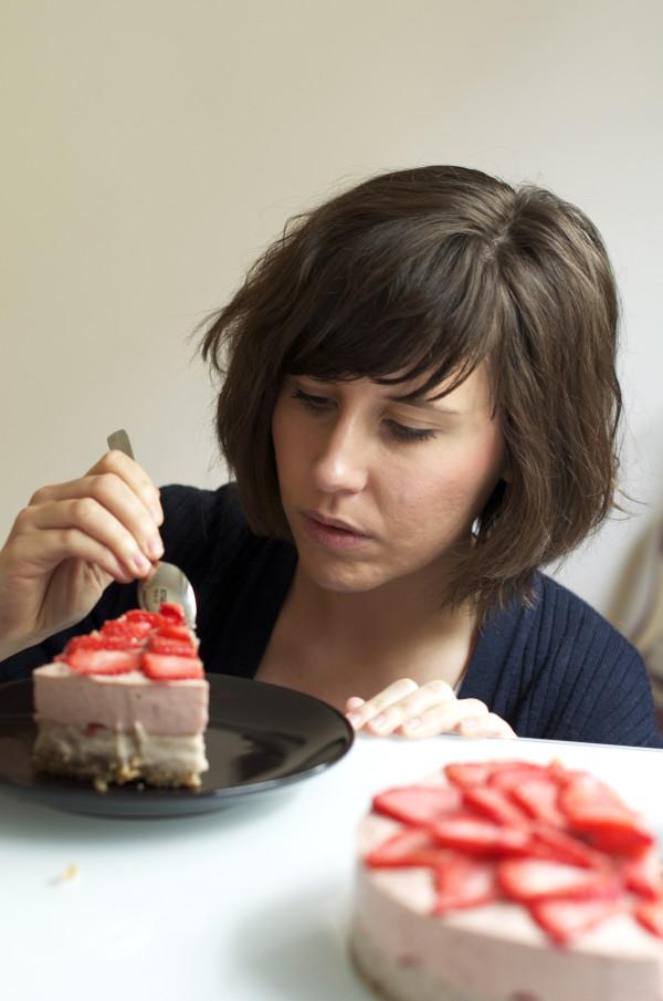Raw vegan strawberry cake : sans gluten, sans lait, sans sucre raffiné, sans cuisson