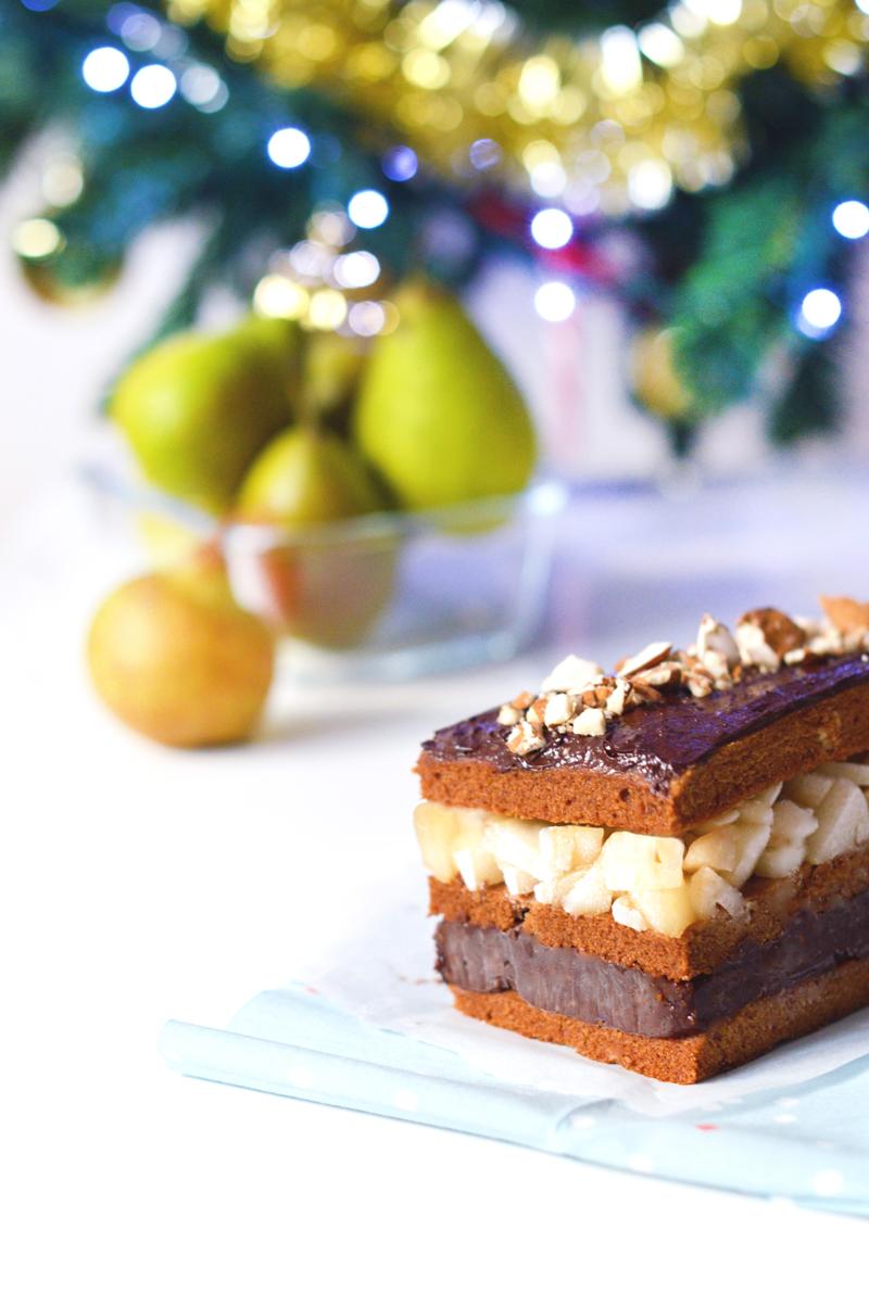 Bûche de Noël vegan et sans gluten / montage façon millefeuilles / saveur poire amande chocolat