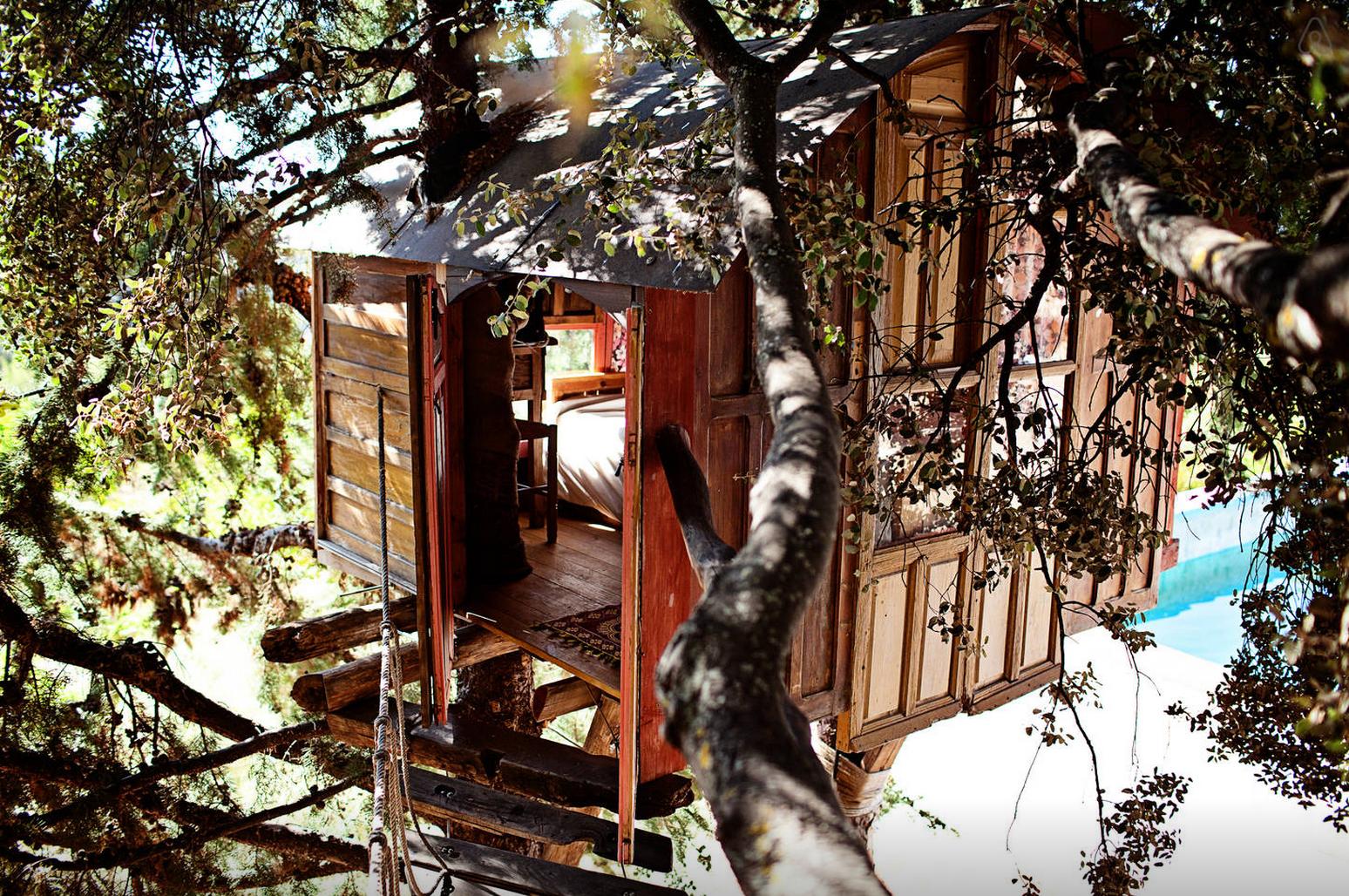 Passer la nuit dans une cabane dans les arbres en Espagne grâce à Airbnb