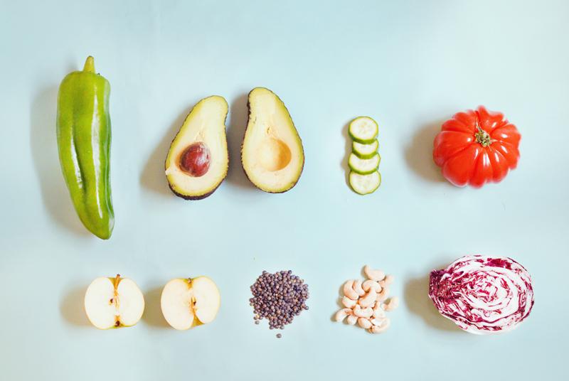 Trouver des idées de salades vegan et sans gluten : fruits et légumes sur fond bleu