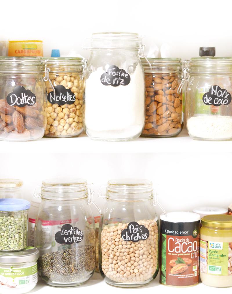 Rangement des placards de la cuisine avec des bocaux en verre