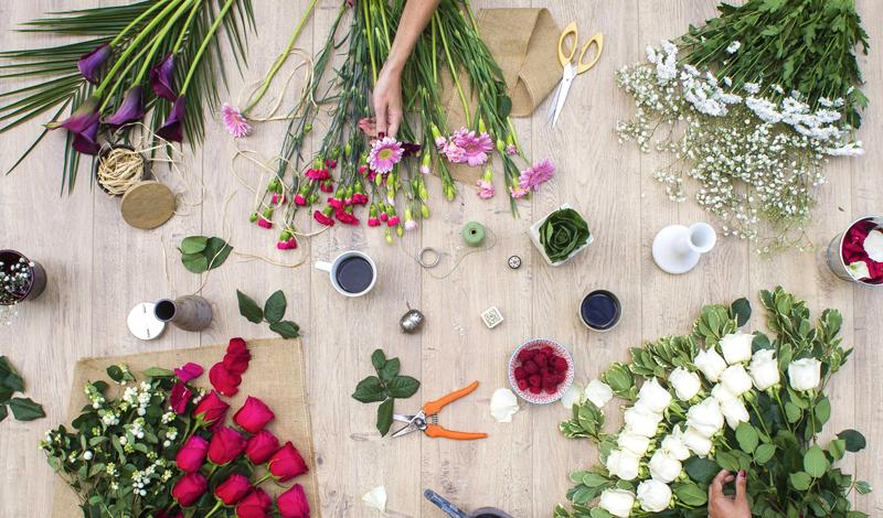 Le principe de Bloom's : livrer chaque mois une sélection de fleurs fraîches, cueillies dans le respect des cycles de floraisons, accompagnée de conseils et astuces pour personnaliser son bouquet !