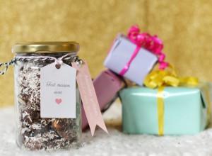 Idée de cadeau gourmand homemade à offrir pour Noël : amandes grillées au chocolat noir et à la noix de coco