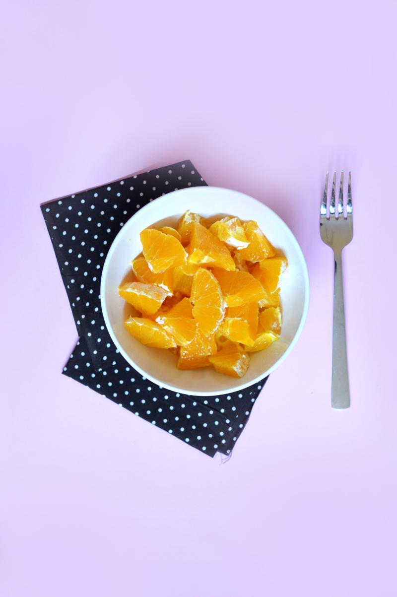 Idées de snacks healthy : les fruits et légumes frais ! Découpez une orange et mangez la pour le goûter !