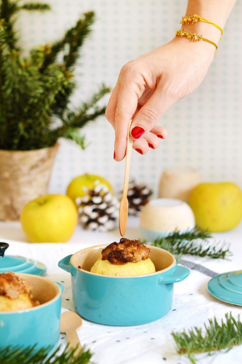 La star de ma cuisine, de mes goûters d'hiver et de mes soirées cocooning du moment, c'est la pomme au four ! On n'y pense pas toujours, pourtant c'est un dessert simple, généreux et plein de saveurs. Il suffit de les glisser dans le four en début de repas pour les retrouver toutes chaudes et fondantes au moment du dessert ! Pratique ! Voici la recette de version chouchou du moment avec une garnitude aux amandes !