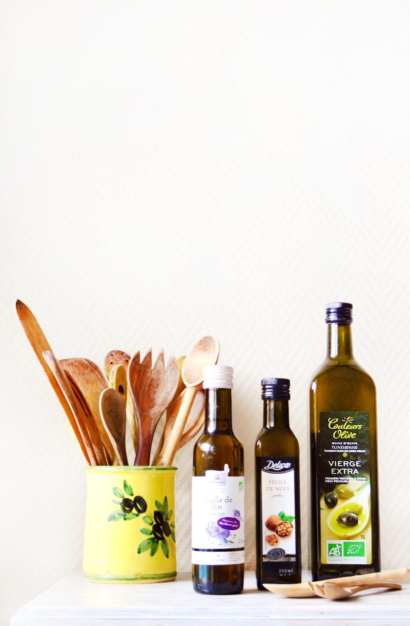 Dans la cuisine, dans la salle de bain ou sur sa table de chevet, les huiles végétales ont plus d'un tour dans leur sac ! Fanny les étudie depuis longtemps et nous dit tout ce qu'il y a à savoir sur ses huiles végétales préférées !