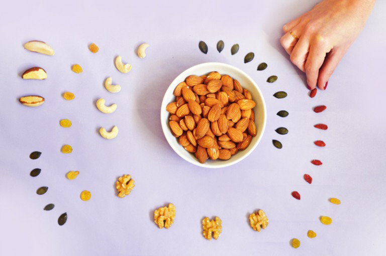 Oléagineux : trop gras, trop riches, trop caloriques ? Peut-on en abuser ? En manger tous les jours ? Quels oléagineux sont les meilleurs ? Quel est l'intérieur de combiner oléagineux et fruits séchés ? Pourquoi est-il important de les consommer bio ? Toutes les réponses ici !