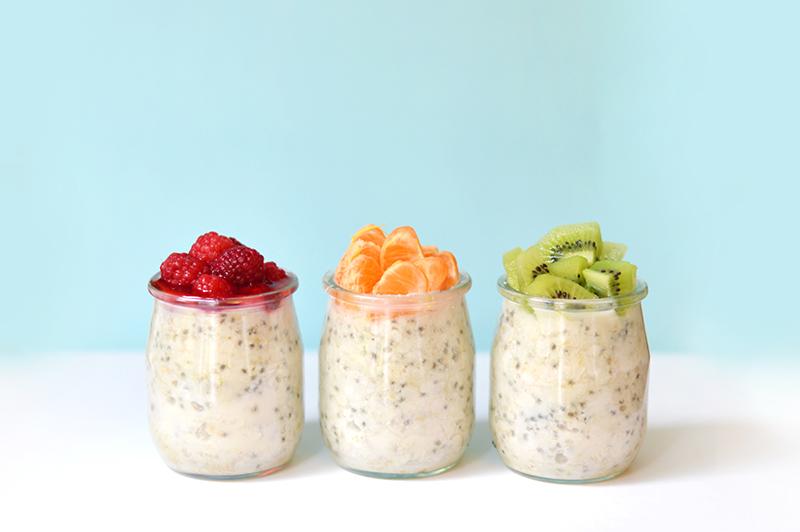 Un petit déjeuner qui nous attend déjà tout prêt dans le frigo quand on se réveille, c'est pas le bonheur ça ? Ce qui est génial avec cette recette de porridge c'est qu'elle est ultra facile et rapide à faire, et qu'elle se prépare la veille pour qu'il ne nous reste rien à faire le lendemain matin !