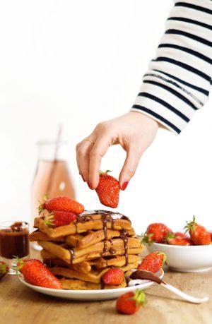 Ma pâte à gaufres vegan et sans gluten est simple comme bonjour : pas trop d'ingrédients et des choses simples qu'on peut trouver dans n'importe quel magasin bio. La base est donc hyper facile à réaliser, à vous ensuite de laisser parler vos papilles et de les garnir avec vos ingrédients préférés !