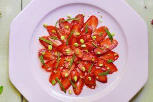 Pour garder le vrai goût de fraise et ne pas dénaturer ce fruit tellement délicieux, j'ai réfléchi à une recette tout simple : le carpaccio de fraises. Quand on reçoit des copains et des copines, c'est toujours plus sympa de leur servir un joli carpaccio plutôt que la classique barquette de fraises à tremper dans du sucre, non ?