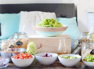Ma solution facile et pratique pour organiser une vegan party : le bar à salade ! Retrouvez mes astuces pour réaliser un salad bar gourmand et plein de couleurs, parfait pour les chaudes soirées d'été !