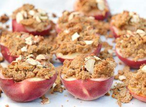 A la recherche d'un dessert d'été vegan et sans gluten simple et pratique ? Optez pour des pêches rôties au four avec leur pâte à crumble prêtes en moins de 10 minutes ! www.sweetandsour.fr