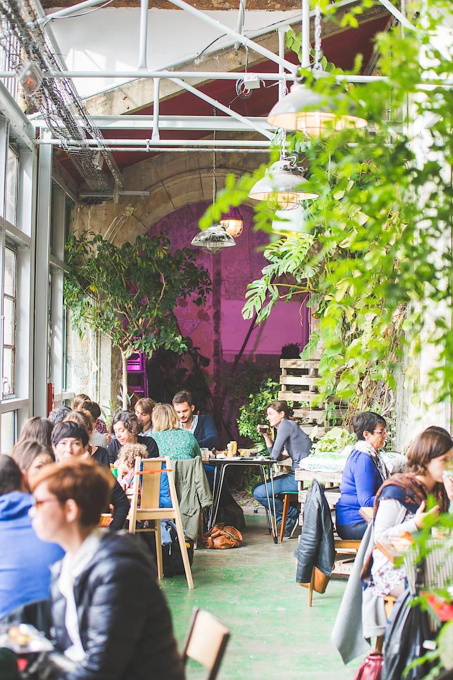 Il existe un lieu à Paris où tout se réutilise et se recycle et où on peut aller pour bruncher, déjeuner, diner, boire un verre, faire des ateliers DIY, faire du shopping, chiner, jardiner … Découvrez vite la REcyclerie !