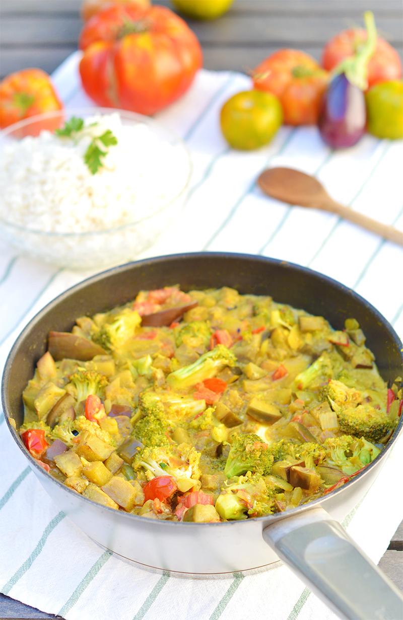 C'est l'une de mes recettes fétiches de l'été parce qu'elle est simple, inratable et que toute ma petite famille en redemande ! Si vous avez quelques légumes d'été sous la main, une boite de lait de coco et des épices, vous êtes prêt(e)s à poser ce curry de légumes d'été (vegan, sans gluten) sur la table d'ici 20 mn ! A vos fourneaux !