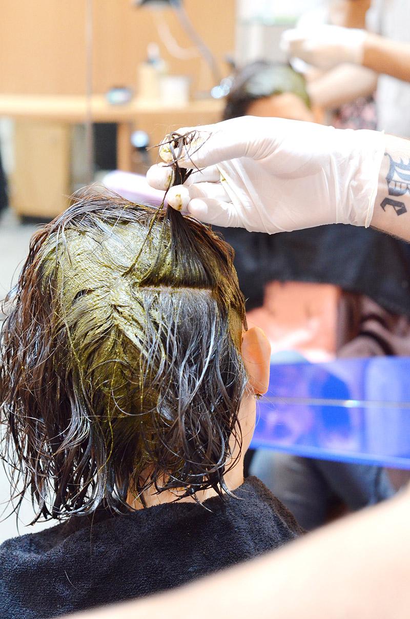 Puisque je commence à avoir quelques cheveux blancs et que j'étais très curieuse de testé le côté soin des colorations Biocoiff', j'ai pris rendez-vous et je me suis initiée à la coloration végétale !