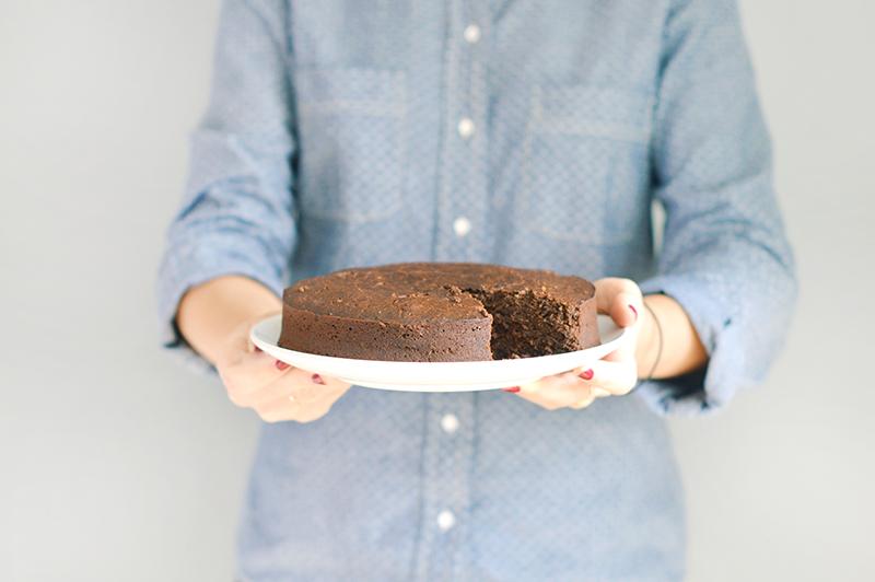 Je vous propose comme toujours une version vegan et sans gluten d'un gâteau au chocolat simplissime ! Il est super rapide à réaliser et on peut le manger tiède ou froid. C'est le goûter parfait des journées d'automne, accompagné d'un petit thé bien chaud !