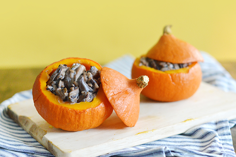 Vous ne savez pas quoi faire cet automne avec toutes ces variétés de courges ? Voici une recette simplissime à servir dans un potimarron (vegan, sans gluten) www.sweetandsour.fr