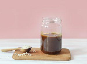 Voici comment préparer un caramel salé vegan maison avec seulement 3 ingrédients et sans sucre raffiné ! A verser sur ses crêpes sans modération !
