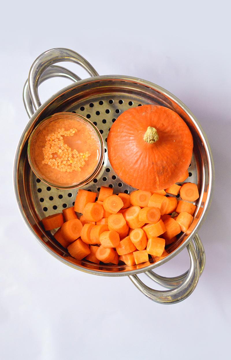 C'est ma soupe best seller de l'hiver : une soupe de potimarron avec des lentilles corail et des épices (vegan), toute douce, veloutée et relevée comme il faut !