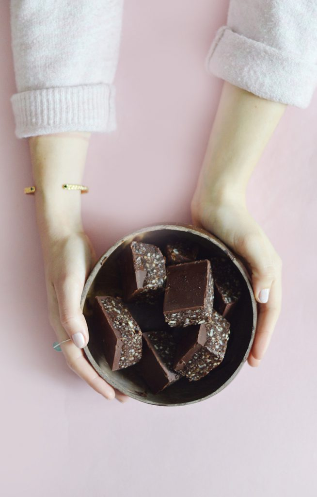 Voici ma recette de base de brownie cru, vegan et sans gluten que vous pouvez décliner en fonction des ingrédients que vous avez sous la main !