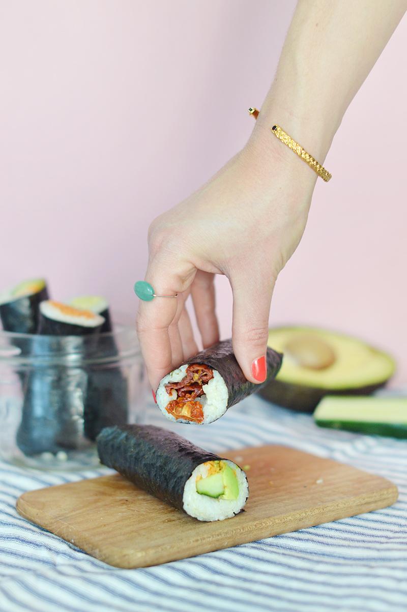 J'ai découvert le concept des sushi rolls quand j'étais en Australie et j'ai trouvé ça super malin ! Voici ma version de sushi rolls vegan, hyper facile à manger et à emporter (par exemple pour un pique-nique ou pour sa pause des au bureau !).
