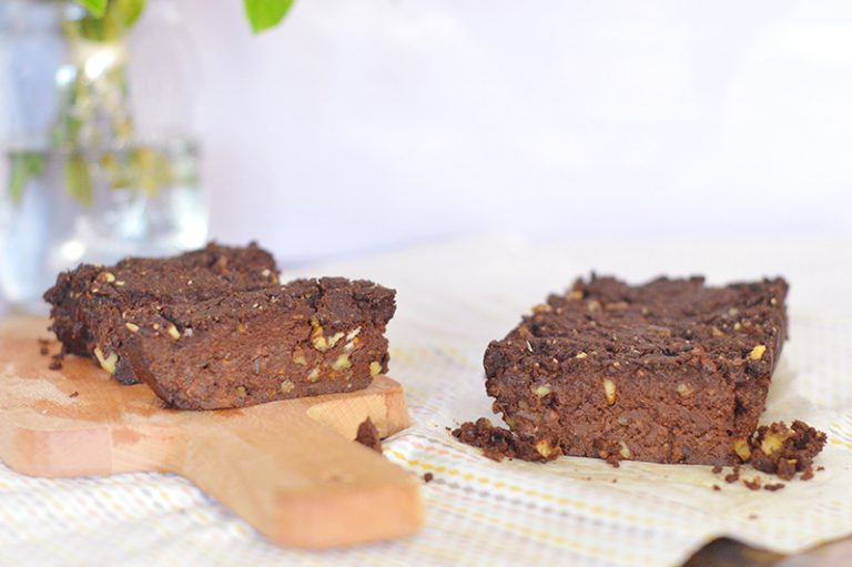 Retrouvez ma recette de gâteau au chocolat à base de patate douce : beaucoup plus fondant et léger qu'avec du beurre ou des oeufs, avec en plus un indice glycémique plus bas qu'un gâteau classique ! Le tout en version vegan et sans gluten !