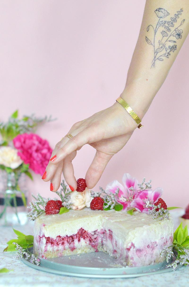 Une génoise crue, une crème à la vanille et des framboises : voilà un super gâteau vegan, cru et sans gluten pour fêter un anniversaire !