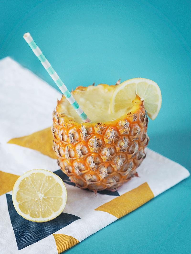 Je ne bois pas d'alcool mais j'adore faire des mélanges frais à base de fruits pour l'été, alors je vous propose une virgin pina colada !