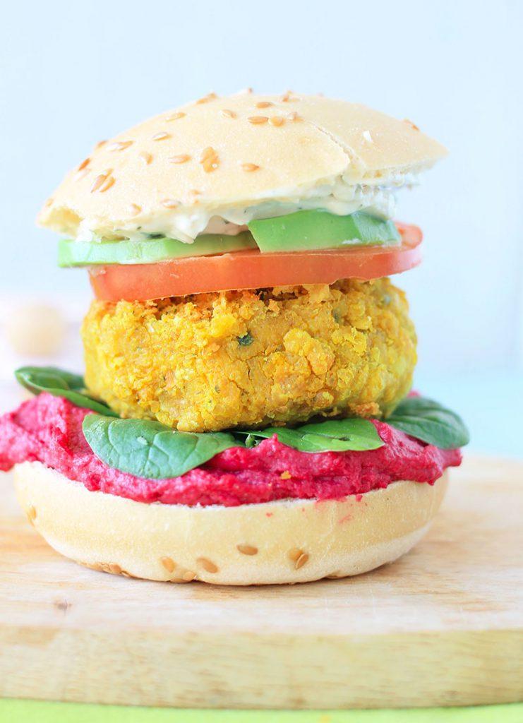 Que ceux qui pensent que les burgers vegan sont fades et sans aucun goût mettent leurs idées reçues de côté ! Je vous ai déniché les recettes de burgers vegan les plus alléchantes de la blogosphère !