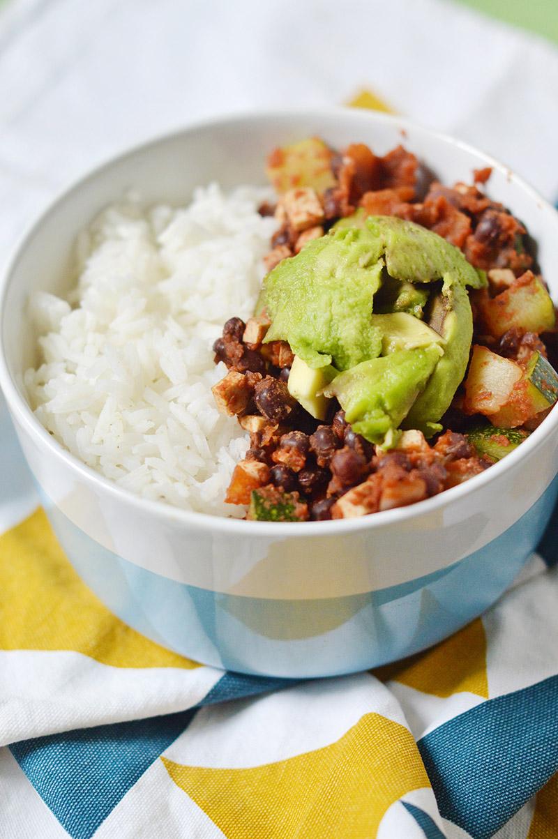 Les haricots azuki sont riches en protéines, parfaits combinés à des céréales dans des plats vegan ! C'est parti pour une assiette tex mex express vegan et sans gluten à base de haricots azuki !