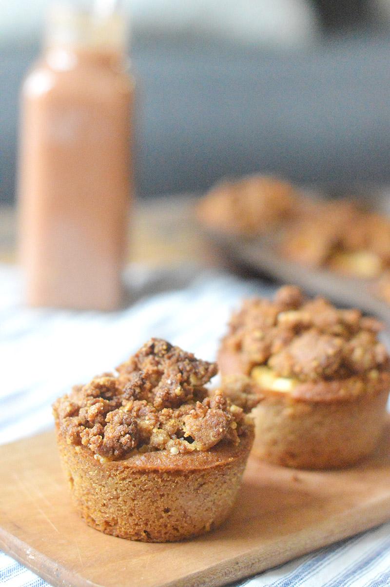 Je vous propose des petits muffins aux pommes vegan et sans gluten surmontés d'une pâte à crumble pour plus de gourmandise !