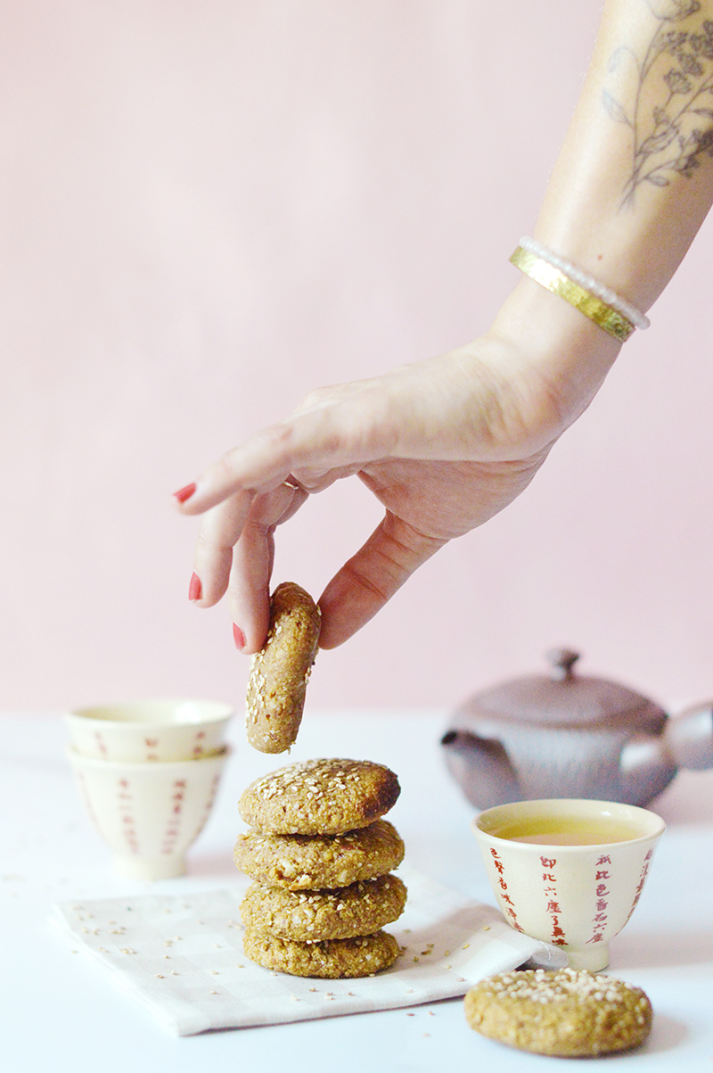 Lima, la célèbre marque de produits bio et vegan, m'a lancé le défi de créer une recette d'inspiration japonaise avec 2 ingrédients de leur gamme : leur shiro miso et leur lait d'avoine. Je vous propose une recette de biscuits au shiro miso et au sésame (vegan).