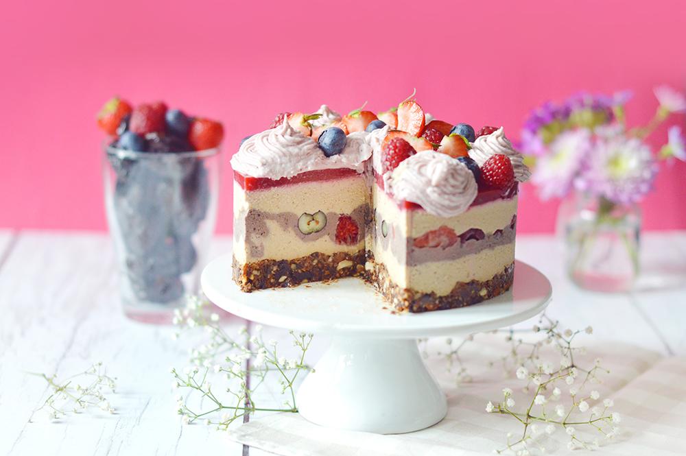 Parce que c'est beaucoup plus local, je vous propose un cheesecake vegan aux fruits rouges à base de pruneaux d'Agen ! Cette recette est composée d'une base crue (pruneaux + oléagineux), d'une crème à base de noix de cajous et de tofu soyeux sucrée aux pruneaux, d'une gelée de framboise et d'une crème décorative aux fruits rouges.Le tout vegan et sans gluten !