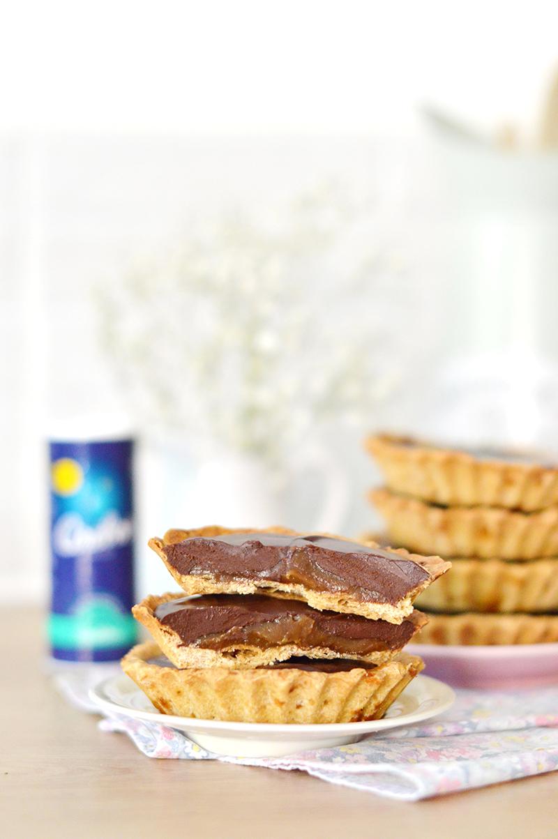 Pour tester le nouveau sel Equilibre de Cérébos, je vous propose une recette pour bec sucré mais dans laquelle le sel a toute sa place : des tartelettes vegan au caramel salé et au chocolat ! Elles sont composées d'une pâte à tarte vegan, d'un caramel salé vegan et d'une ganache au chocolat.