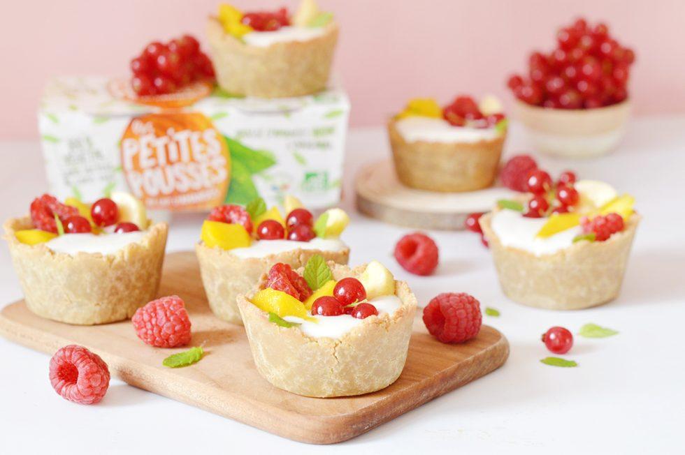 Ca vous dit des petites tartelettes au yaourt et aux fruits aujourd'hui ? Dans cette recette, les super yaourts vegan Les Petites Pousses sont à l'honneur !