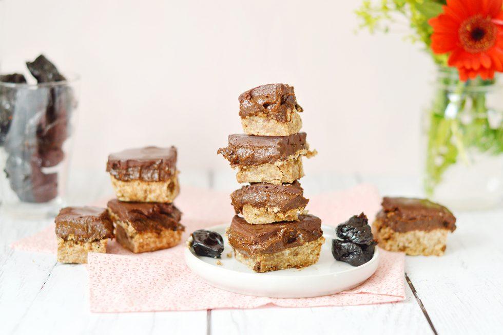 Je vous propose une version vegan et sans gluten d'un dessert anglo-saxon qui me fait saliver à tous les coups : le chocolate caramel slice. Il s'agit d'une couche de caramel sandwichée entre une couche de biscuit et une couche de chocolat noir. Ma petite touche healthy : remplacer le caramel classique par un caramel de pruneaux !