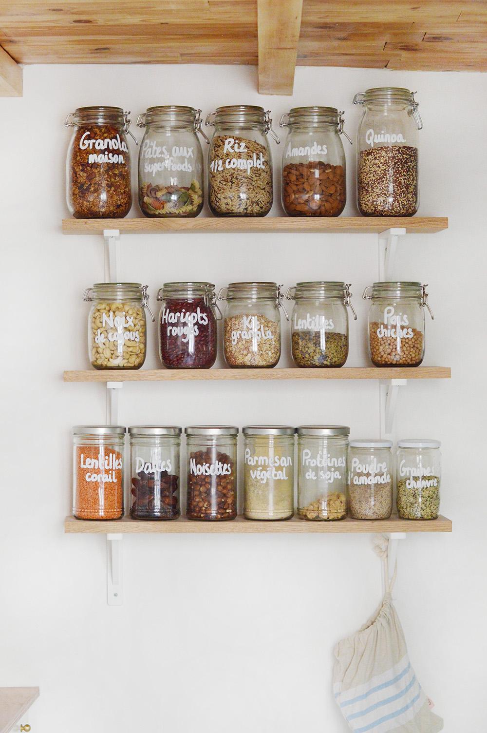 Zoom sur mes étagères de cuisine regroupant mes pots à vrac : où j'ai trouvé mes bocaux ? Comment j'enlève les étiquettes des bocaux que je récupère ? Avec quoi j'écris dessus ?