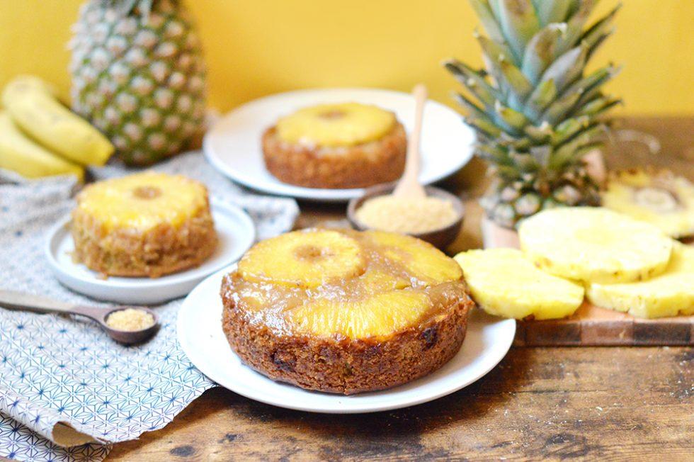 Je vous propose une recette exotique avec ce gâteau renversé à l'ananas vegan. Il est composé d'une génoise bien moelleuse, d'ananas frais et d'un caramel de coco.
