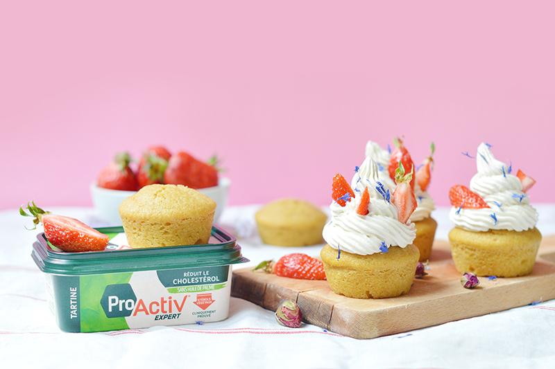 Je vous propose des cupcakes vegan à la vanille avec un coeur à la confiture de fraise, surmontés d'une crème à la vanille et de fraises en morceaux.