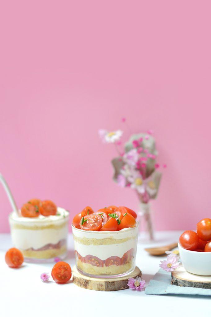 Je vous propose aujourd'hui deux recettes fraiches et estivales en partenariat avec la filière des Tomates et Concombres de France. Ce sont des légumes très largement consommés chez nous dès que les beaux jours arrivent (du moins pour ma part, j'en mange énormément en été), mais bien souvent, ils finissent en salade ! Si on variait un peu les plaisirs ? Pour l'apéro, on part sur des sucettes de concombre au faux-mage frais et on enchaîne avec un petit tiramisu de tomates cerises. Ca vous dit ?